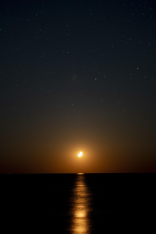 海に沈む月